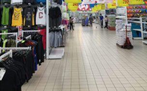 大きなスーパーで買い物