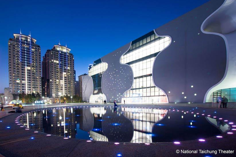 今や台中のランドマークとなっているオペラハウス。建物は昼間に見てもきれいだが、夜に見るとまた別の表情を見せてくれる。