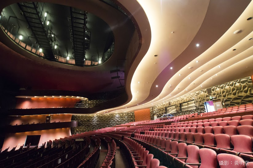 赤を基調とした大ホールでは、どこの席でも抜群の音響を楽しめ、視界が遮られることなくパフォーマンスを楽しめる。