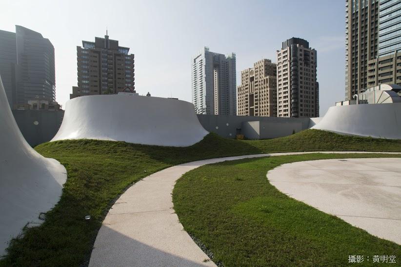 緑の敷かれた屋上のスカイガーデンは、コンサート、屋外映画館など多目的に使える、