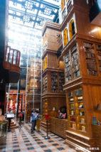 宮原眼科店内は、ヨーロッパの古い図書館のような内装
